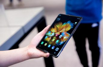 smartphone che si arrotola